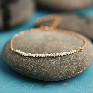 Filigranes Saatperlen Armband in gold und weiß